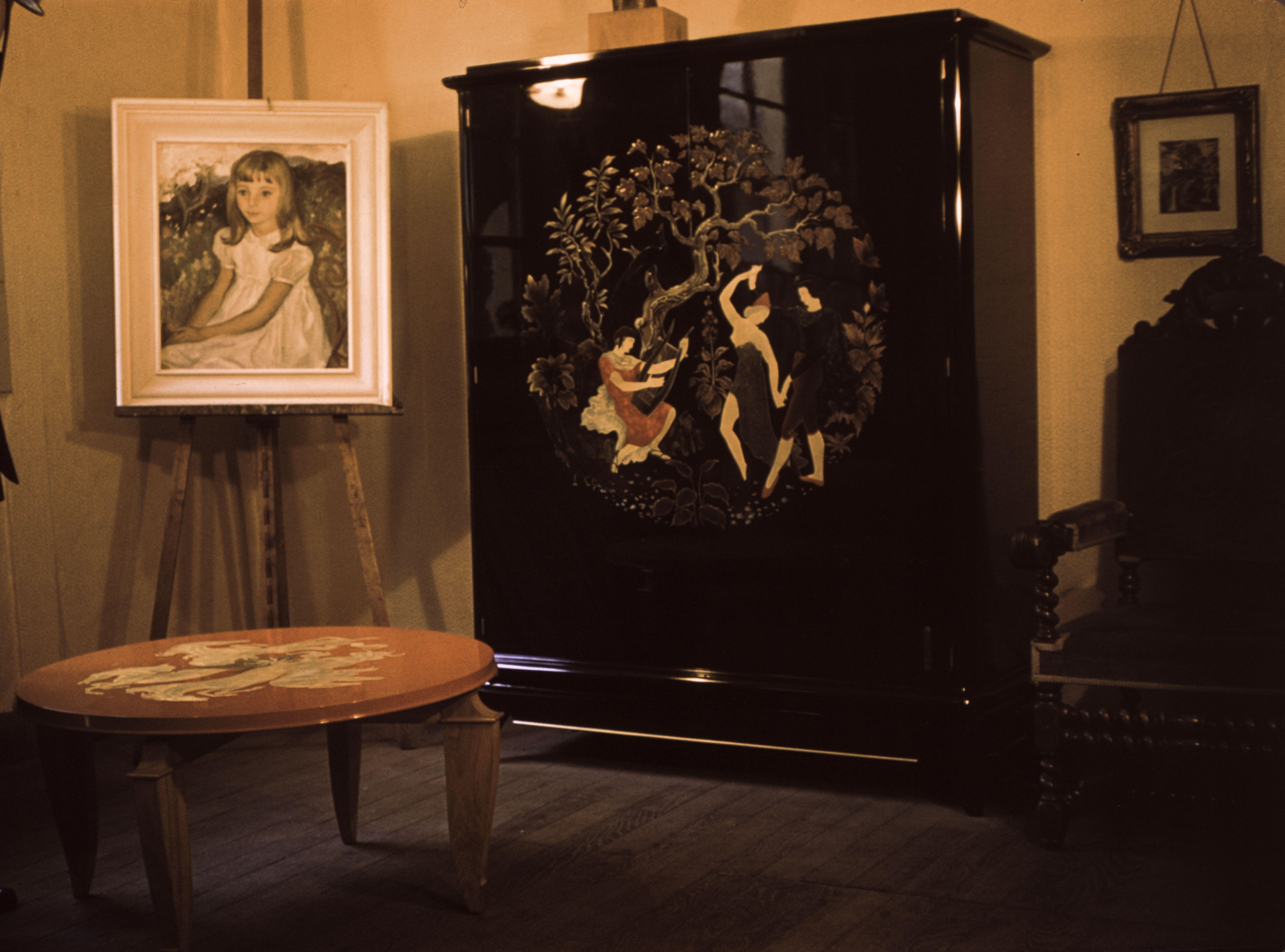 armoire noire et yable rouge